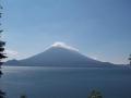 Der See ist umgeben von drei Vulkanen.